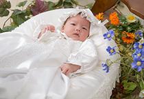赤ちゃんひとりドレス姿